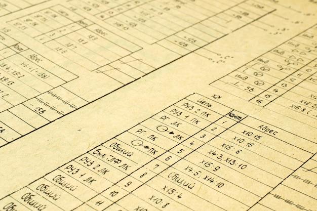 Elementi radio elettrici stampati su vecchia carta vintage come sfondo per l'educazione, industrie elettriche, filmati di riparazione ecc. messa a fuoco selettiva.