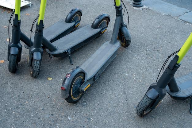 트빌리시, 교통에서 스쿠터 자전거를 타는 전기 준비.
