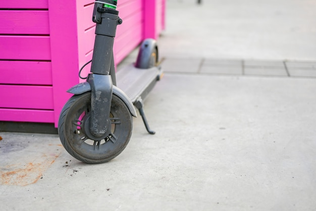 Электрический самокат крупным планом. новый популярный транспорт для прогулок по городам и достопримечательностям. экологичный транспорт.