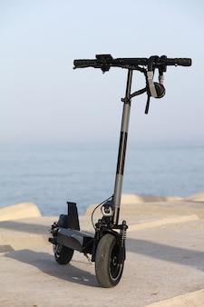 海を背景にした電動スクーター