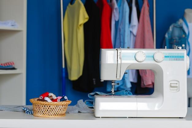 Электрическая швейная машина в кабинете швеи