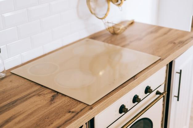 キッチンで調理するための電気ストーブ、クローズアップ。モダンなキッチンのディテール。