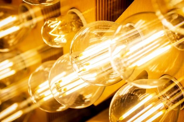 電気のスタイリッシュなヴィンテージ発光ランプがクローズアップ。