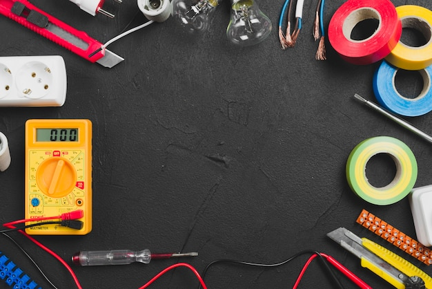 Электрические инструменты на столе