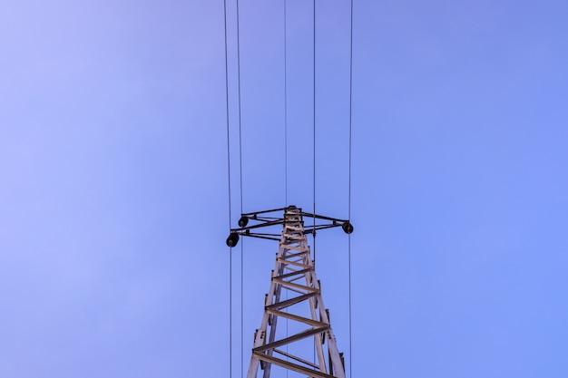 고전압 케이블을 들고 전기 타워입니다.