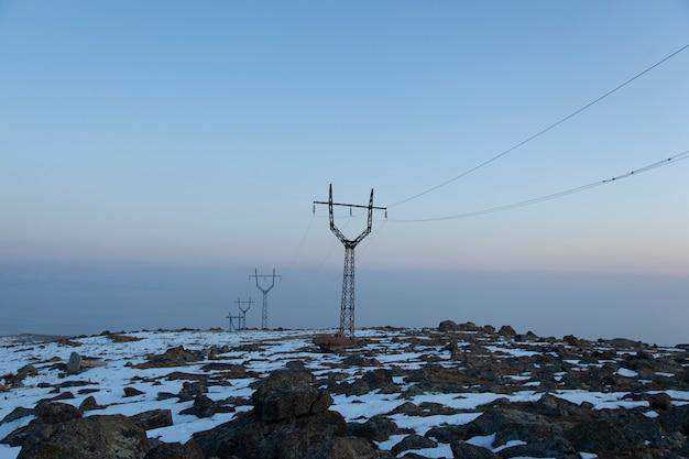 Электрическая вышка зимой на закате