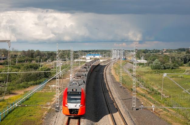 Электропоезд идет по рельсам