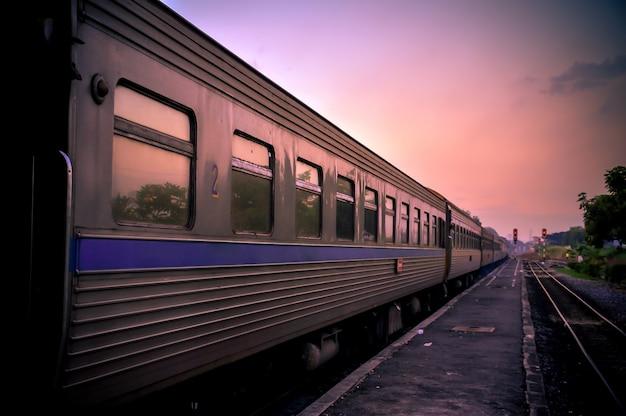 日没夕暮れの鉄道電車
