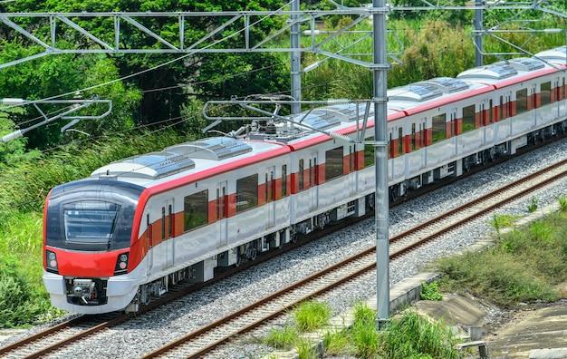 電車レッドラインはタイのバンコクの郊外鉄道です