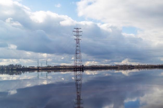 ラトビアのダウガヴァ川を渡る送電線