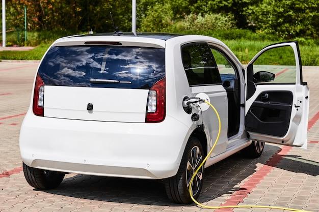거리의 충전 지점에서 충전하는 전기 자동차.
