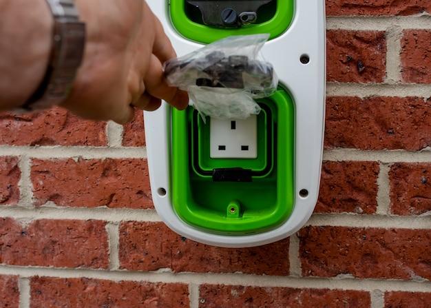 그린 에너지 프로그램의 일환으로 신규 주택 개발에 집 밖에 설치된 전기 자동차 가정용 충전소