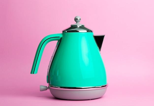 ピンク色の背景に電気ヴィンテージレトロなやかん。ライフスタイルとデザインコンセプト