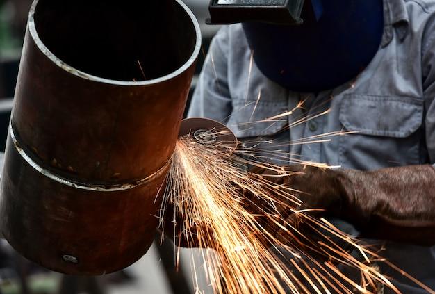 Electric wheel grinding on steel pipe