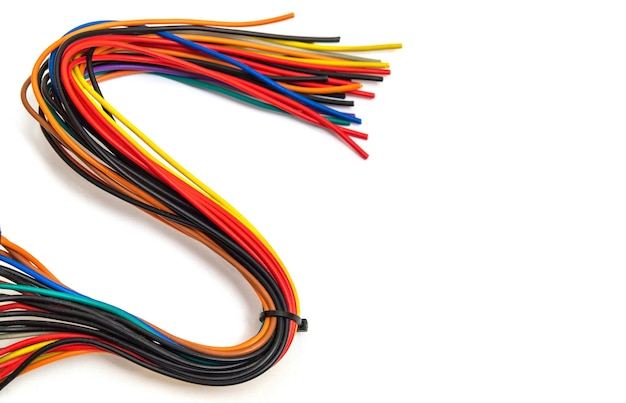 Электрические провода разных цветов на белом фоне