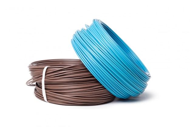 Электрический кабель, энергетическое и технологическое оборудование, изолированные на белом