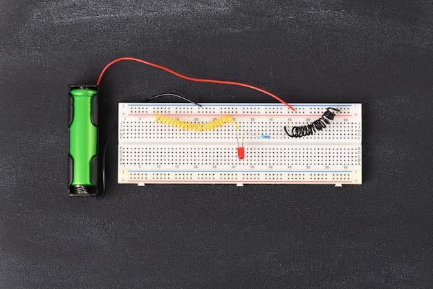 Электрическая схема собрана на макетной плате.