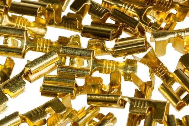 白い背景で隔離の電気部品青銅ケーブル端子コネクタ