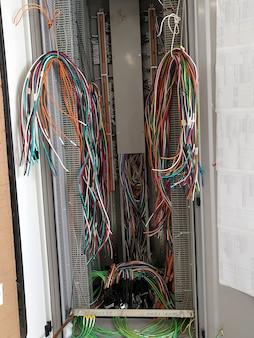 電気制御ケーブルの設置と内部配線の終端
