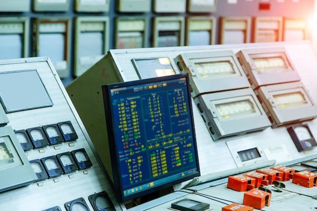Электрическая панель управления с кнопками и рычагами. атомная энергия.