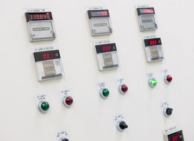インジケータライト付きの電気制御盤。閉じる