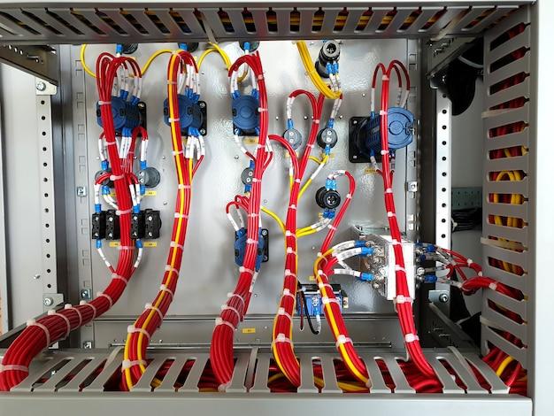 制御および保護パネルのサーキットブレーカ制御回路の電気制御配線