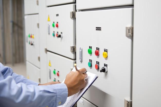 전기 ahu 시스템을 확인하는 전기 엔지니어.
