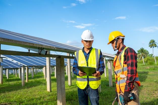 전기 엔지니어 또는 기술자 유지 보수 전기 시스템은 태양광 발전소, 청정 및 녹색 대체 에너지 개념에서 장비를 확인하고 유지 관리합니다.