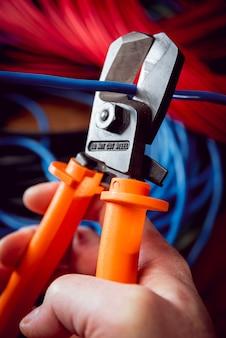 Электрическое оборудование. кабель электричества и щипцы.