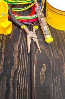 Электрическая распределительная коробка с кабелями, проводом и инструментами