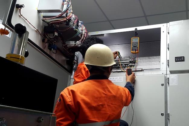 電気技師によるptループテストチェックのための電気測定
