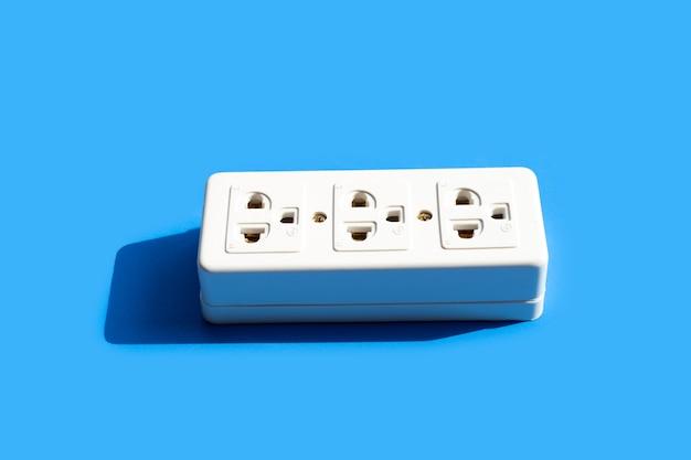 파란색 표면에 전기 멀티탭