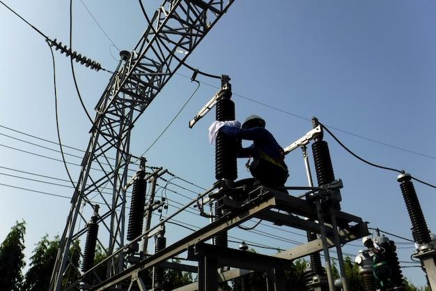 Профилактическое электрическое обслуживание очистка вводов выключателя на подстанции