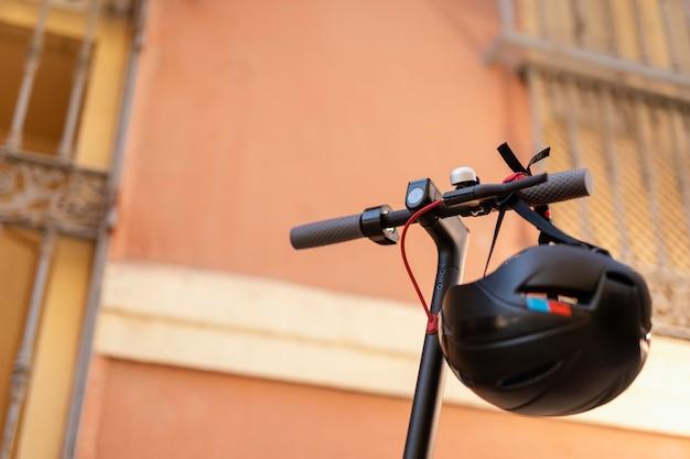 도시에서 헬멧과 전기 스쿠터
