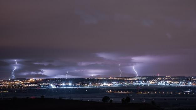 都市の雷を放電する雷雨