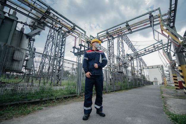 防護マスクの変電所エンジニア