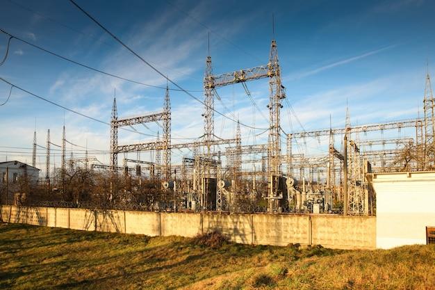 Электрическая подстанция осенью