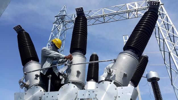 전기 기술자 설치 후 하이브리드 배전반 커넥팅 로드 조임