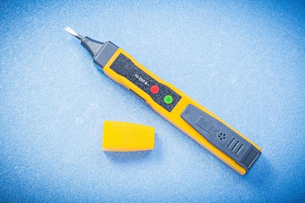 青色の背景の電気の概念上の電気テスター検出器。