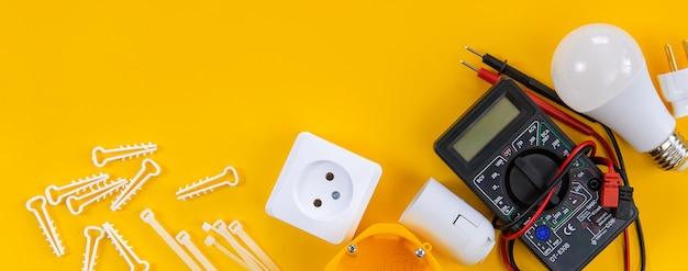 집에서 전기 기사를 수리하기위한 전기 도구. 선택적 초점.