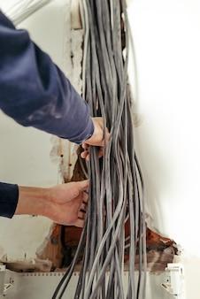 電気パネルの電線アパートの修理ライトの接続
