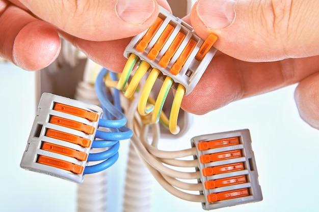 플라스틱 정션 박스의 전선은 플러그형 단자대와 함께 연결됩니다.