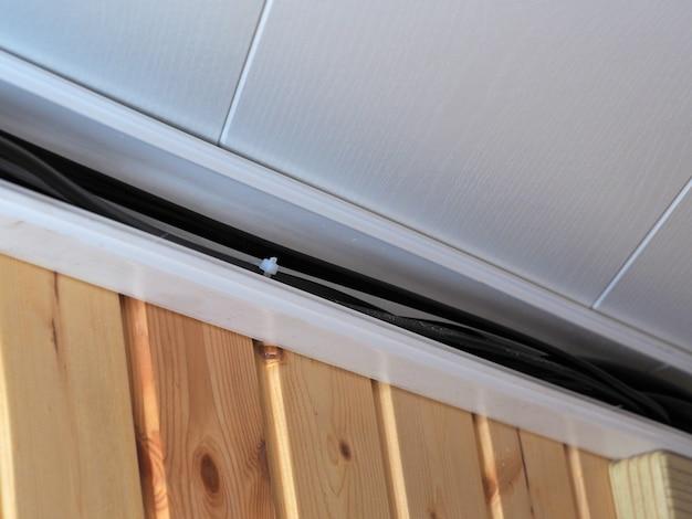 Электропроводка в частном доме проложена в пластиковом ящике. концепция строительства и электричества