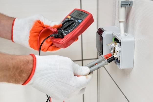 屋内での電気工事。
