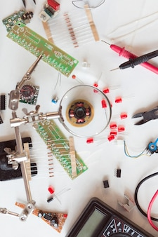 전기 및 배관공 도구, 전기 부품 및 액세서리가 있는 구성 요소, 격리된 흰색 배경. diy, 스스로 할 수 있는 개념