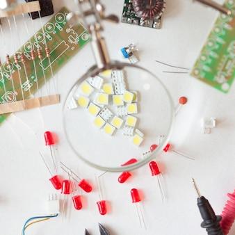 電気技師および配管工のツール、電気部品および付属品付きのコンポーネント、孤立した白い背景。 diy、自分でやるコンセプト