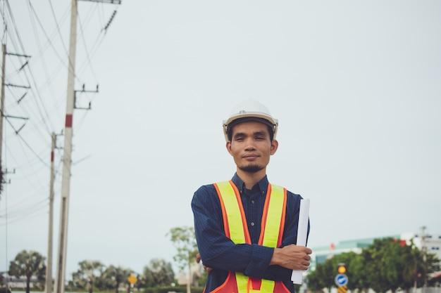Инженер-электрик высоковольтная опора или высоковольтная вышка