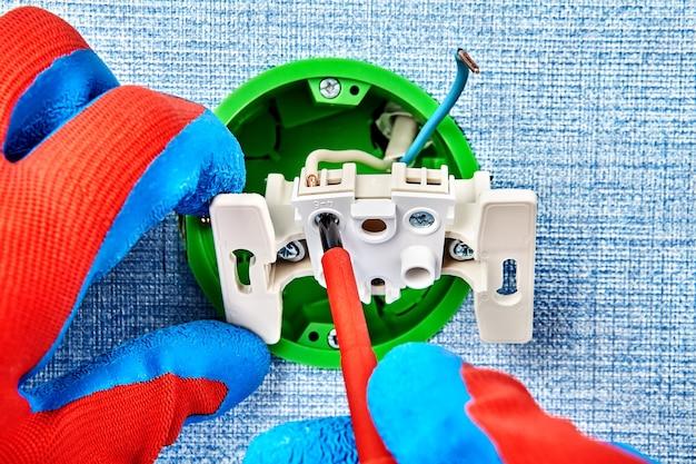 電気技師は新しいヨーロッパ標準の丸い電気ボックスを作っています