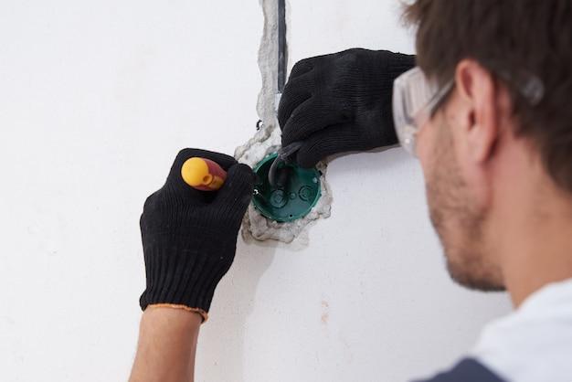 コンクリート壁の配線用の電気技師設置ソケット。
