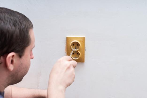 Электрика монтаж розеток Premium Фотографии